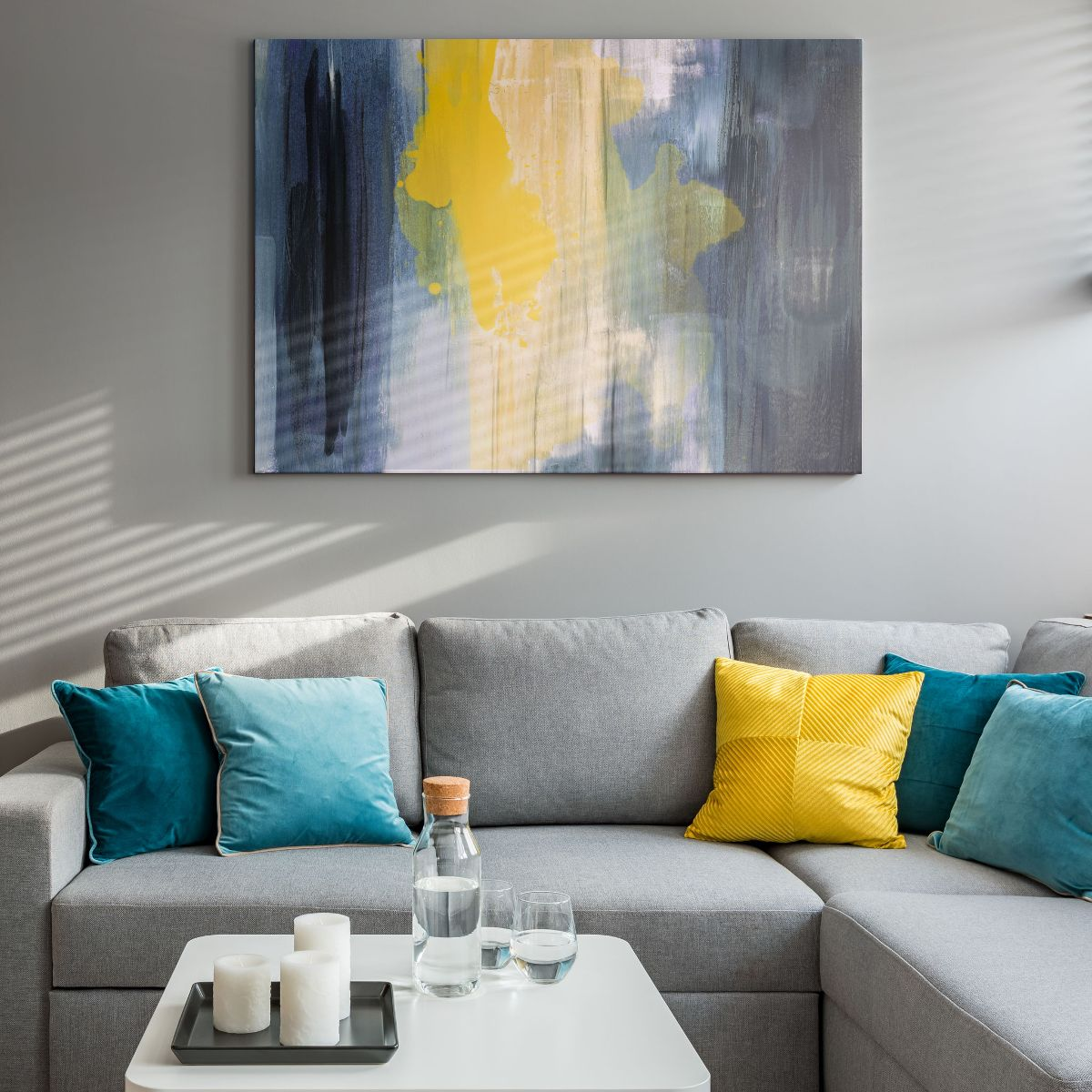 Decoración de la pared del sofá con una obra de arte