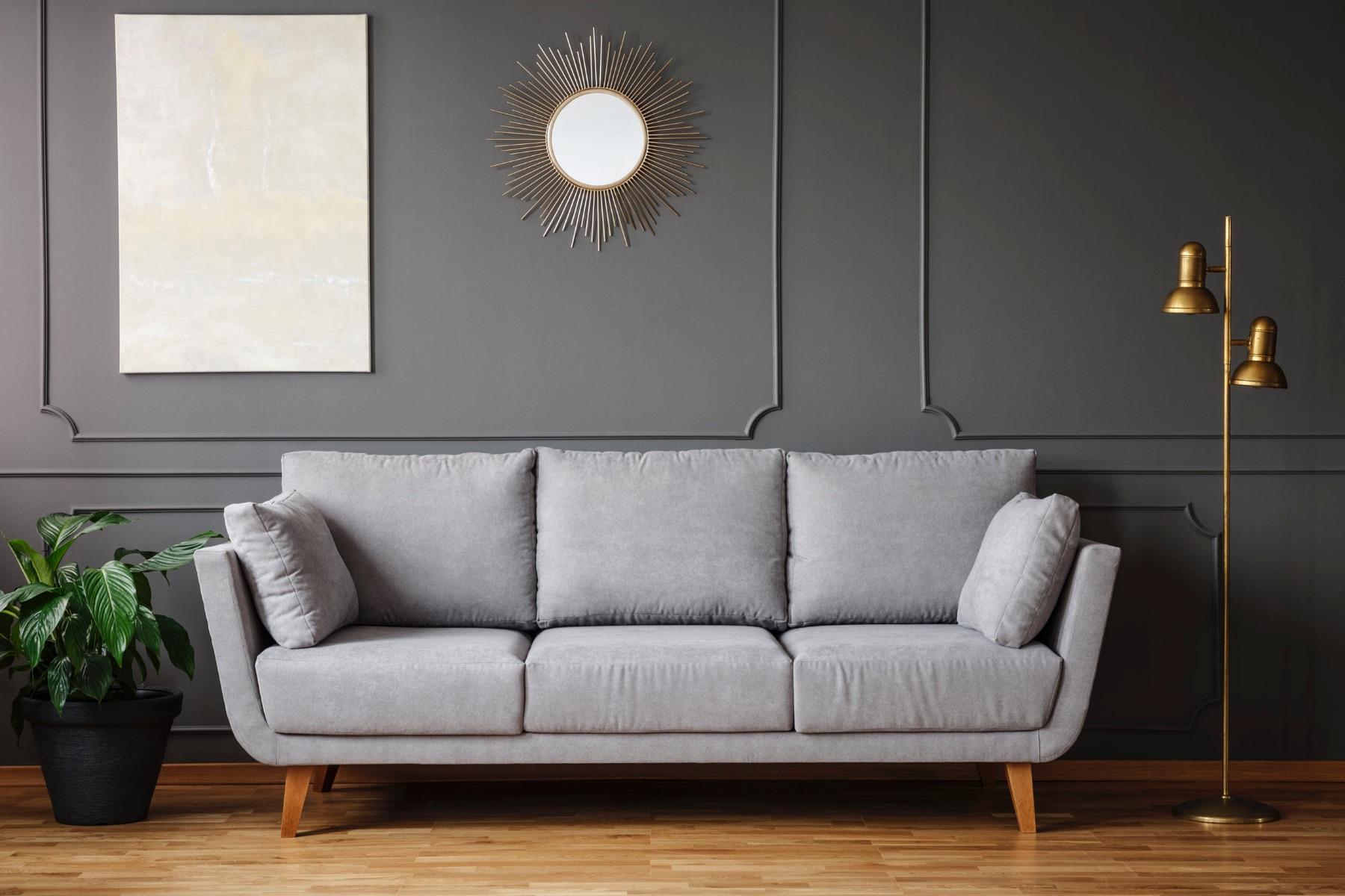 Decoración de espejo sobre sofá