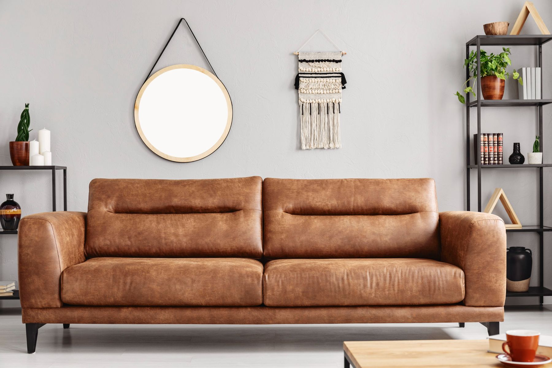 Decora la pared sobre tu sofá