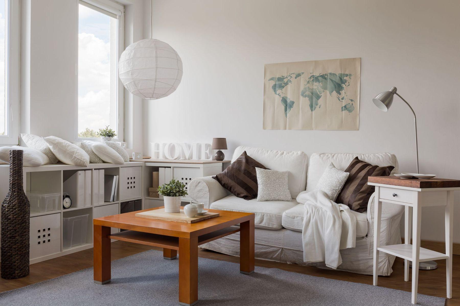 Decoración con mapa sobre pared de sofá
